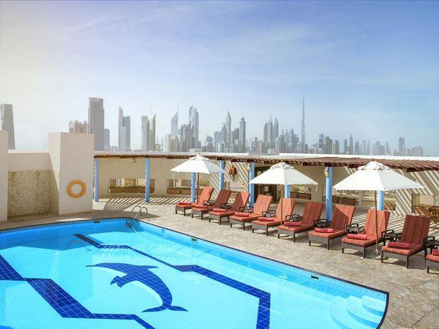 يوجد مسبح على السطح في جميرا روتانا دبي .