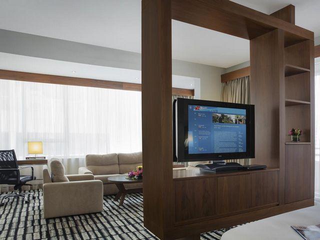 توفر أماكن الإقامة في فندق روتانا جميرا دبي منطقة جلوس واسعة ومريحة.