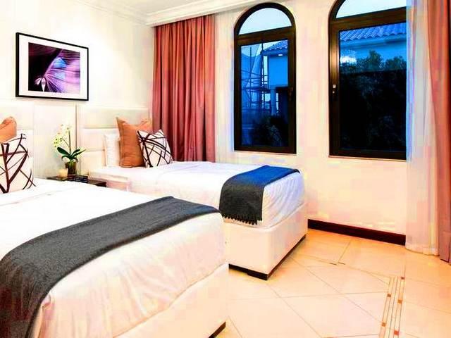 تضم شاليهات الجميرا بيتش العديد من المرافق الترفيهية والخدمات الفندقية.