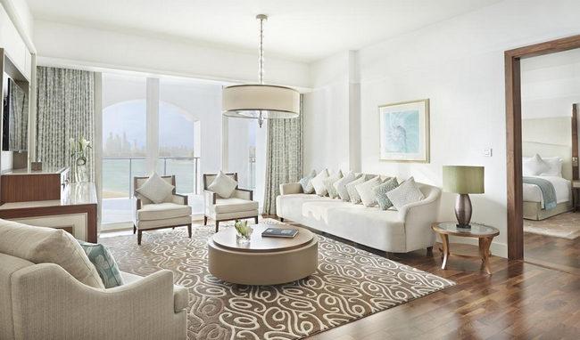 منطقة جلوس بإطلالة خلابة على البحر في غُرف فنادق دبي جزيرة النخلة