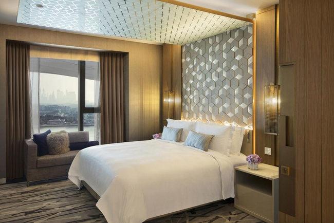 تصاميم وديكورات راقية ومنطقة جلوس أنيقة في فنادق دبي ديرة