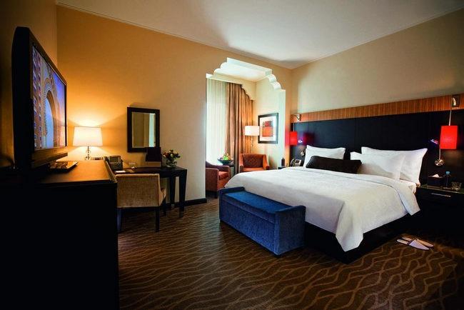 تتميّز الغُرف في افضل فنادق الامارات دبي وخصوصاً فنادق جبل علي بألوان دافئة