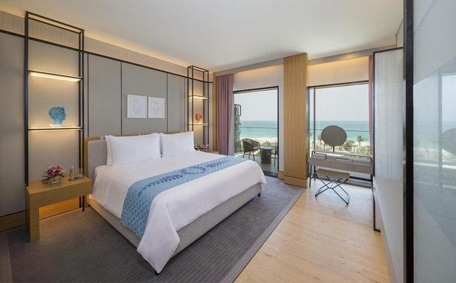 فنادق دبى على البحر مع غُرفة بديكورات رقيقة بإطلالة أكثر من ساحرة
