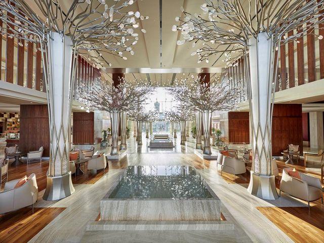 تتميز صالة اللوبي في مندرين دبي بديكورات راقية وإضاءة مشرقة