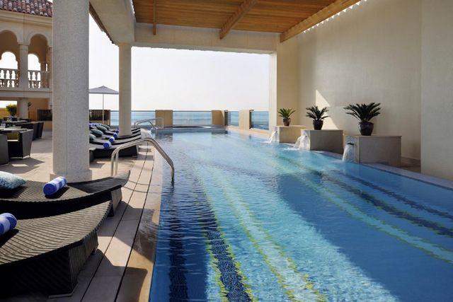 يُقدّم فندق ماريوت الجداف دبي مسابح داخلية وخارجية