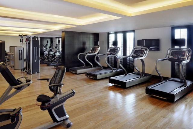 يحتوي فندق ماريوت الجداف دبي صالة ألعاب رياضية