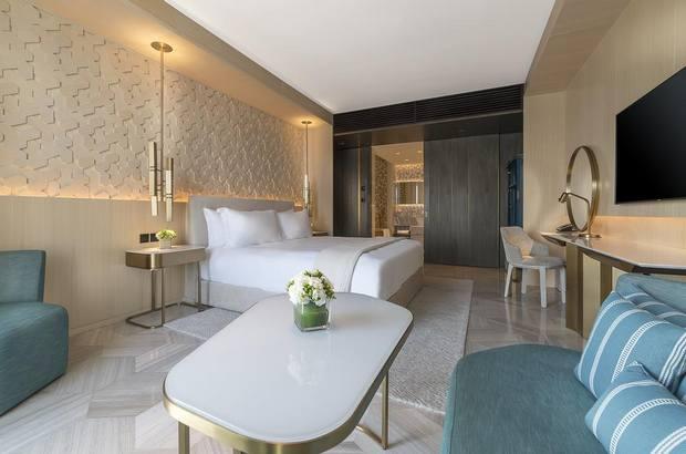 فندق فايف ذا بالم من افخم فنادق دبي يتميز بمرافقه المتنوعة وغرفه الفسيحة.