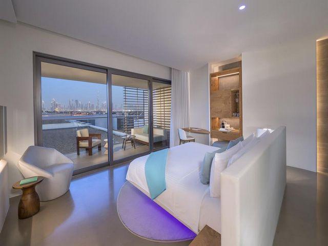 تتميز الغرف في فندق نيكي بيتش في دبي بمساحاتها الواسعة.