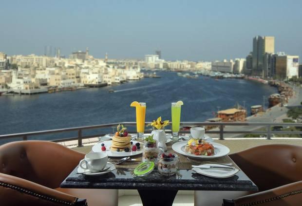 يوفر فندق راديسون بلو خور دبي إطلالة ساحرة ومرافق متنوعة