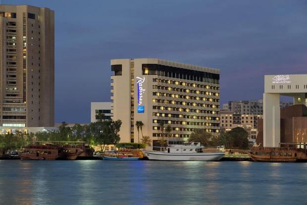 تتميز غرف فندق راديسون بلو خور ديرة دبي بإطلالتها الساحرة