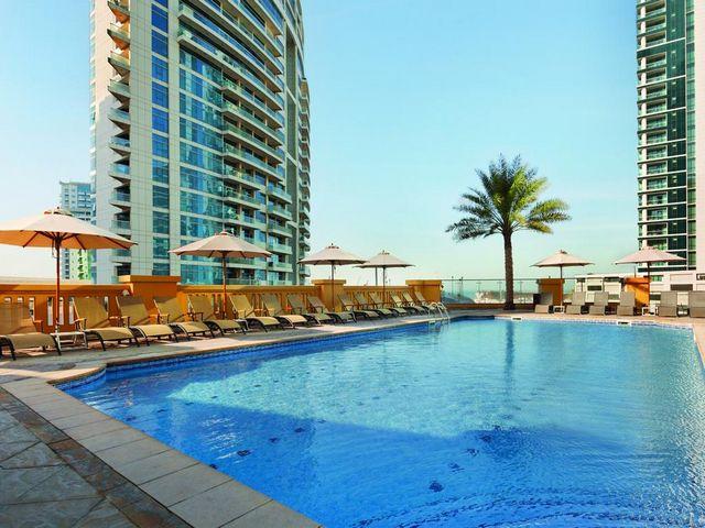 يحتوي فندق هوثورن دبي على مسابح داخلية وخارجية رائعة