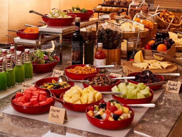يتمتع ضيوف رينسانس هوتيل دبي بخيارات طعام لا حصر لها