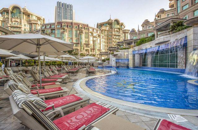 روضة المروج وسط مدينة دبي يحتوي على مسبح فاخر