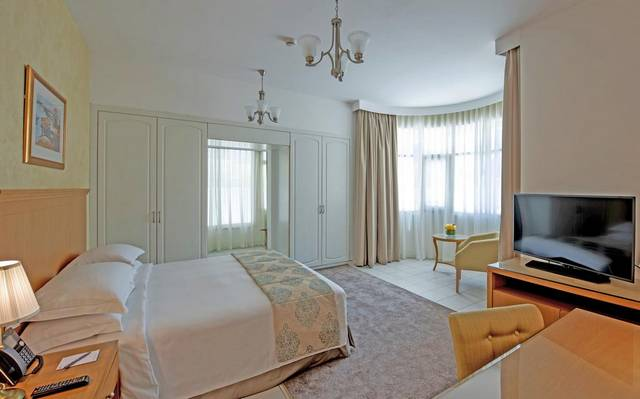 يُعد فندق المروج روتانا دبي من افضل الفنادق لاحتوائه على مسبح خارجي ومرافق ترفيهية مُتعددة