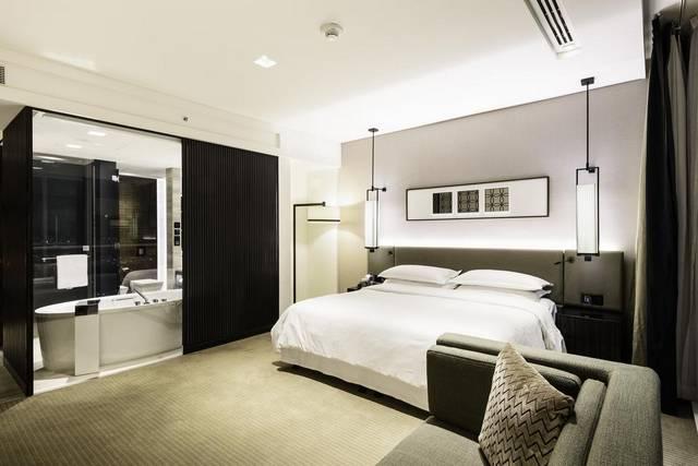 تتميز غرف شيراتون جراند دبي شارع الشيخ زايد بديكورات حديثة.