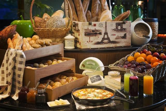 يُعد فندق السوفتيل دبي جي بي ار افضل الفنادق لكونه يضم العديد من المرافق والخدمات والمطاعم التي توفّر مأكولات عديدة
