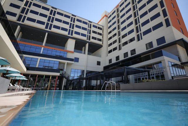 يوفر فندق استوديو ون دبي مسبح في الهواء الطلق