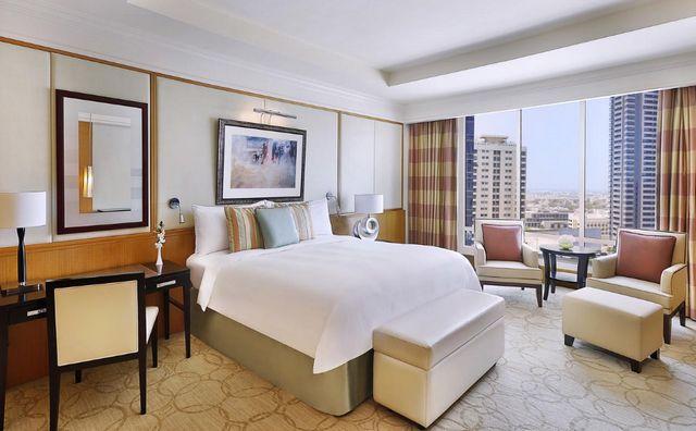 يضم فندق الريتز دبي غرف بتصميمات راقية تُناسب العائلات