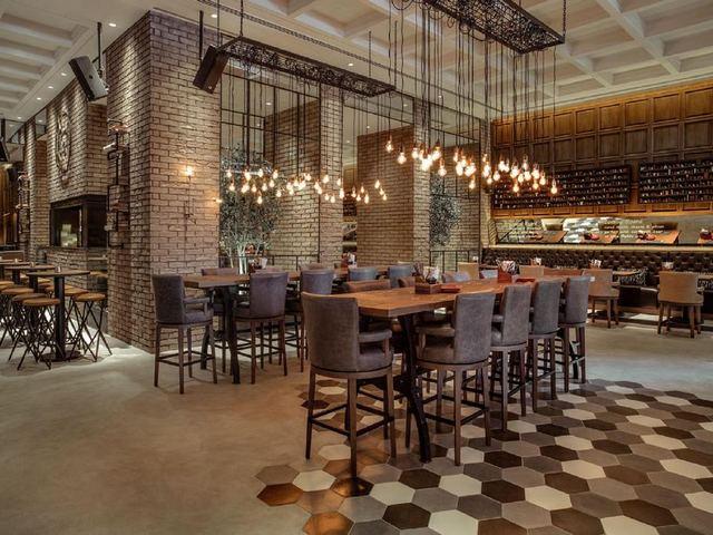 يتوّفر بفندق روتانا 4 مطاعم تُقدّم خيارات للطعام من المطابخ العالمية والمحلية.