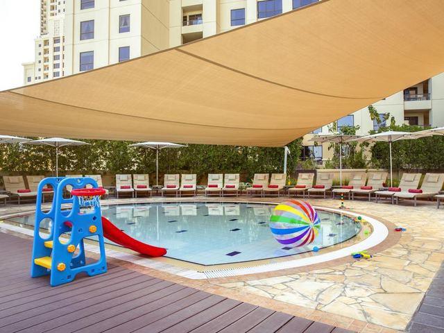 يشمل فندق روتانا عدد من المسابح منها مسبح للأطفال.