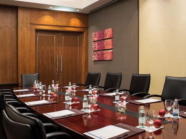 يتوّفر بفندق امواج روتانا دبي جي بي ار خدمات لرجال الأعمال منها غُرف للاجتماعات.
