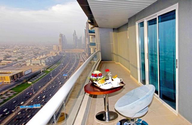 يتميز سيتي بريميير للشقق الفندقية بإطلالات بانورامية على معالم دبي وشارع الشيخ زايد الشهير