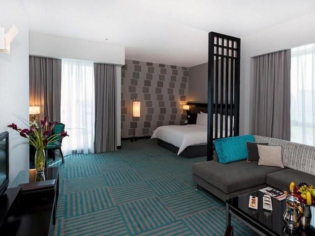 يضم فندق الخور دبي عدد من المقاهي والمطاعم والمرافق الترفيهية المميزة
