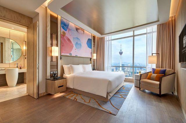 يضم فندق بانيان تري كوالالمبور غرف عصرية فسيحة