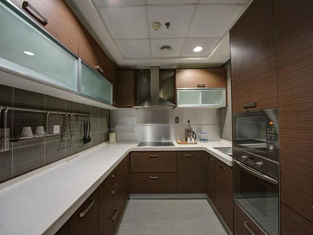 جميع الوحدات السكنية في الشاطئ للشقق الفندقيه بدبي مزودة بمطبخ مجهز بالكامل