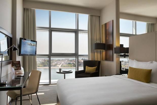من أفضل فنادق ابوظبي 3 نجوم يُوفّ ر إطلالة بحرية ساحرة