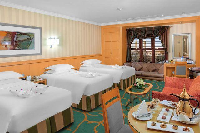 فندق ابراج مكة هو فندق مطل ع الحرم الملكي ونال على تقييم جيد لعوامل عديدة أبرزها المكان وأناقة الداخل.