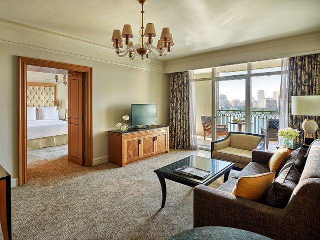 تتميز فنادق القاهرة 5 نجوم على النيل بتوفيرها أماكن إقامة عصرية