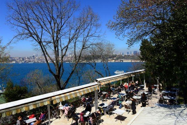يضم منتزه فتحي باشا اسكودار اسطنبول مطاعم عديدة تُقدّم مُختلف أنواع المأكولات