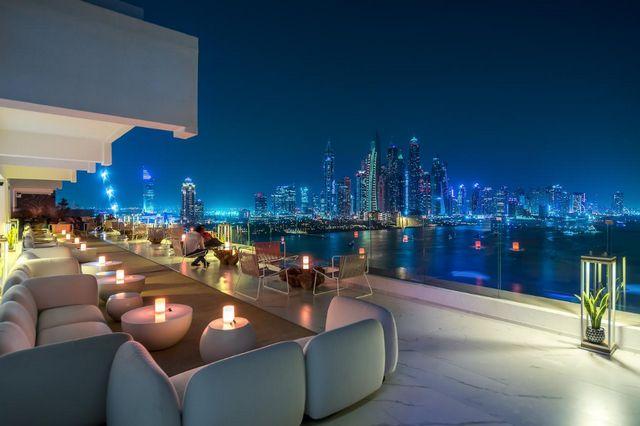 يتميز فندق فايف بالم دبي بموقعه وإطلالته الشاطئية الساحرة