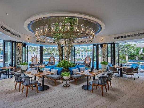 مطعم  رائع على المسبح في فندق جراند حياة كوالالمبور