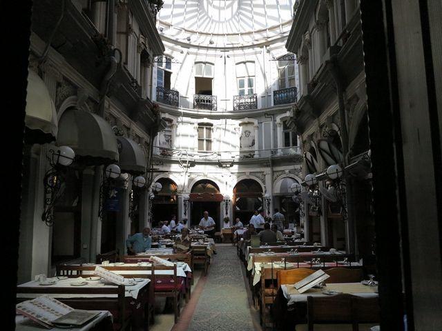 يضم ممر الزهور اسطنبول العديد من المطاعم التي توفر المأكولات التركية التقليدية