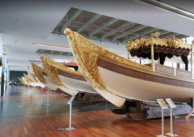 اسطول من السفن المطلية بالذهب داخل متحف البحرية في اسطنبول