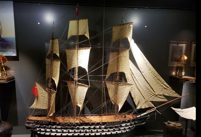 اقتناء بعض الانتيكات من محال الهدايا في متحف إسطنبول البحري