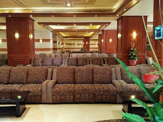 صالة مشتركة لفندق الارض المتميزة مكة لمشاهدة التلفزيون