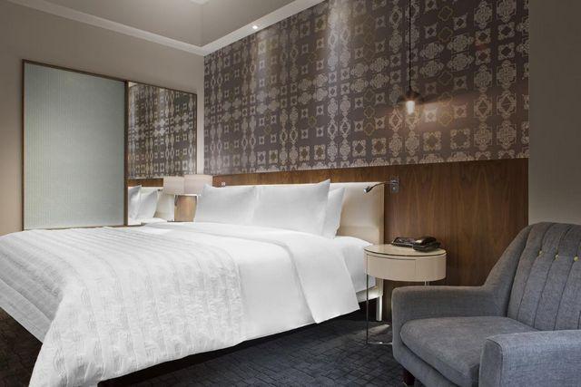 يوفر فندق لي ميريديان كوالالمبور غرف بديكورات عصرية