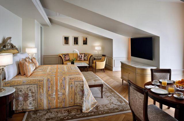 بلازو فيرساتشي دبي واحد من فنادق دبي خمس نجوم التي ننصح بها للعوائل لتوفيره غرف ذات مساحات واسعة