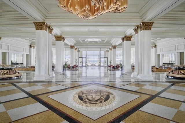 يتميّز اللوبي في فندق بلازو فيرساتشي دبي بتصاميمه ذات الطراز العصري