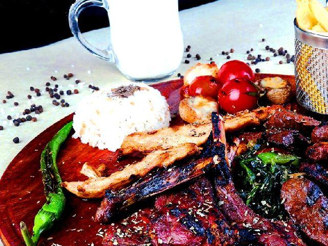 يقدم قبة عشق كافيه اسطنبول العديد من الأطباق العربية