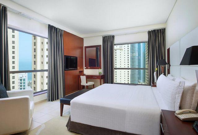 تشتهر غرف فندق رامادا دبي جي بي ار بإطلالة ساحرة