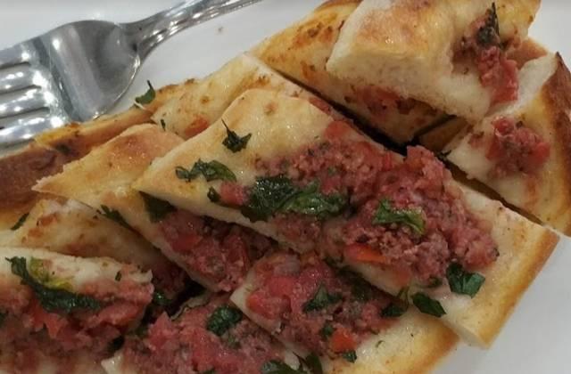 مطعم ايوب سلطان التاريخي من المطاعم التي تُقدّم الوجبات التركية التقليدية.