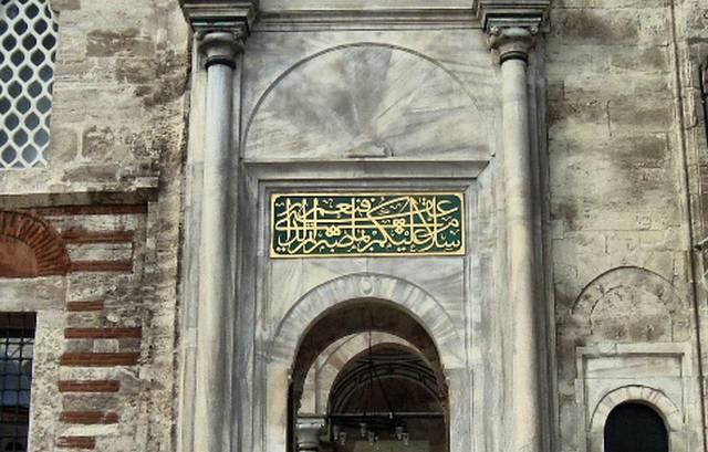 يقع مطعم ايوب سلطان التاريخي في منطقة ايوب الشهيرة وبالقُرب من عدد من أماكن السياحة بها.