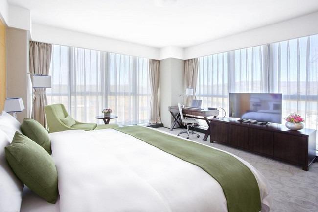 شاشة مُسطحة ومنطقة للعمل في غُرف فنادق خمس نجوم في تبليسي