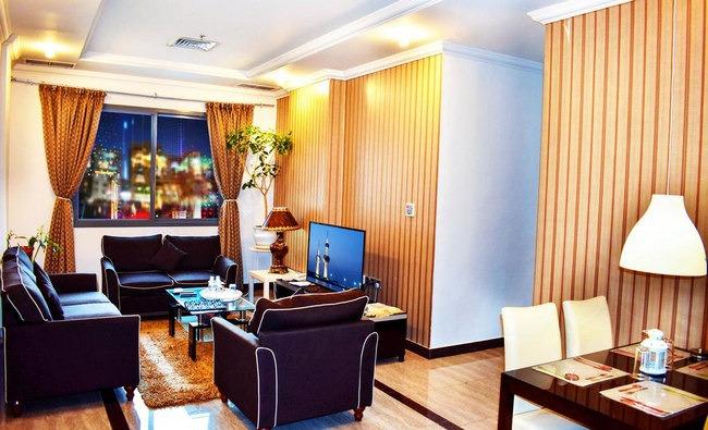 شقق فندقية فخمة في الكويت تضّم منطقة جلوس أنيقة مع شاشة تلفاز مُسطحة