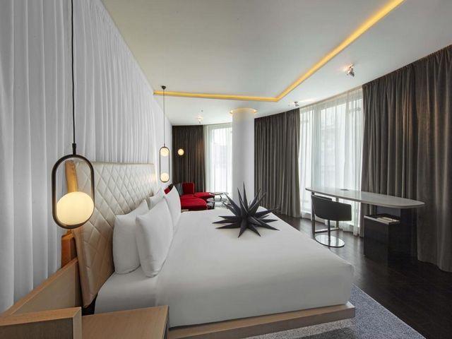 نوافذ مُمتدة من الأرض للسقف في افضل فندق في لندن من ناحية الموقع