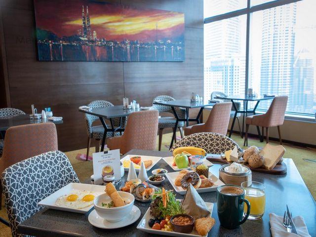تجربة الطعام في فندق تريدرز في كوالالمبور هي تجربة غنية في مطاعم الفندق الأربعة